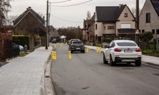 """Tientallen gele paaltjes in Blauwenbergstraat: """"Vreemd dat er nog geen enkel omvergereden is"""""""
