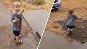 Hartverwarmend: Australische peuter ziet voor de eerste keer in z'n leven regen