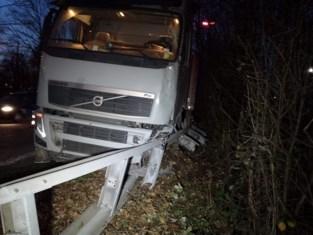 Verkeershinder na crash van vrachtwagen door klapband