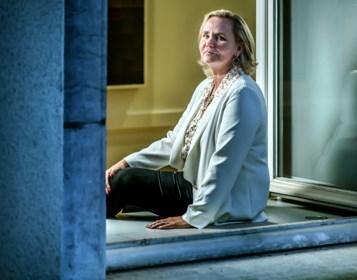 """Na drie maanden als parlementsvoorzitter straalt Liesbeth Homans (N-VA): """"Zet mij maar goed op de foto. Wie weet geraak ik dan nog van 't straat"""""""