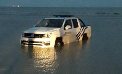 Pick-uptruck politie verdwijnt volledig in zee