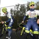 Jan Bakelants (links) met de nieuwe fiets op stage, Xandro Meurisse (rechts) met de oude.
