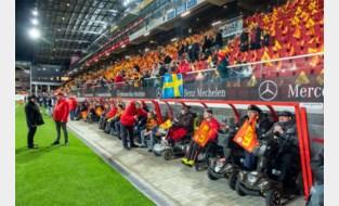 Achter de Kazerne zitten niet alleen trainers en reservespelers, maar ook supporters in rolstoel voortaan droog