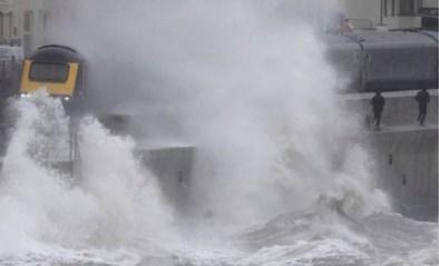 Metershoge golven slaan ramen van voorbijrijdende trein stuk met ongeziene kracht