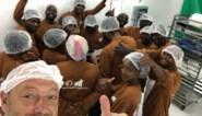 Dominique Persoone toont zijn eerste chocoladerepen gemaakt in Congo