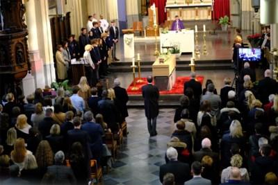 """Honderden mensen nemen afscheid van plots overleden Louis (16): """"Simpelweg iemand waar iedereen van houdt"""""""