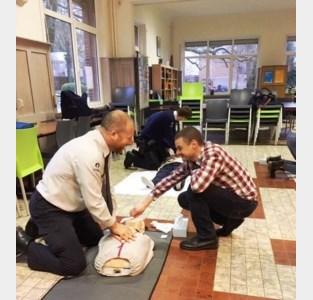 Verpleegsterschool leertlokale politie een lesje