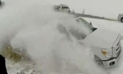 Man helpt gestrande trucker in de sneeuw, maar ziet niet dat achter hem nóg een auto van de weg raakt