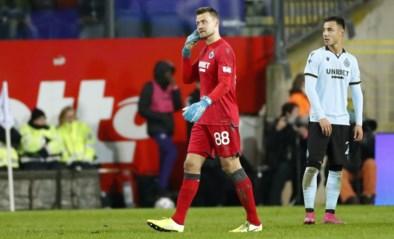 """Simon Mignolet ontsnapt aan erger nadat voetzoeker vlak naast hem ontploft: """"Het Belgisch voetbal heeft dit niet nodig"""""""