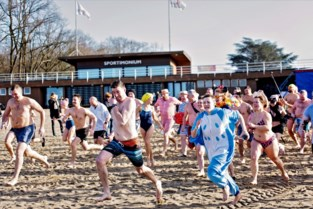 Honderd zwemmers trotseren vrieskou met nieuwjaarsduik (of pootje baden)