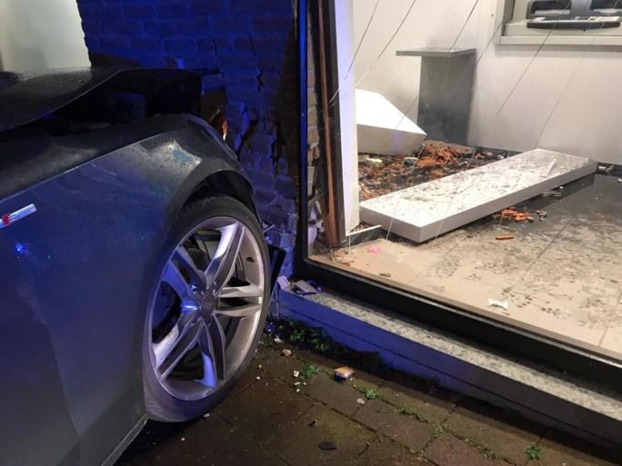 Auto rijdt in op gevel KBC-bank: bestuurder was dronken