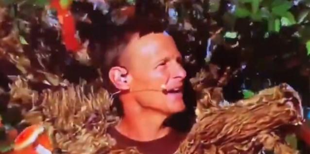 Voormalig Champions League-held Teddy Sheringham zingt, verkleed als boom, op Engelse televisie