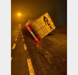 Vrachtwagen kantelt en belandt in gracht in Tongeren