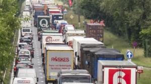 Verkeer op N16 in Willebroek muurvast door vrachtwagen in berm