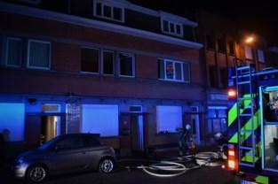 Elektriciteitskabel vat vuur, vier kinderen net op tijd naar buiten dankzij vader