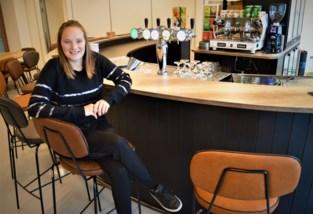 Van bruine kroeg tot klassezaak: Charlotte (27) realiseert haar droom met hippe tapasbar in sporthal