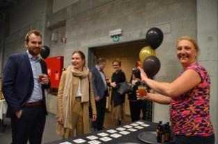 Gemeentepersoneel drinkt nieuw biertje Pulderbosch