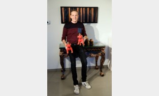 Zijn eerste expo was in een oude kippenstal, maar nu stelt Robby tentoon op de zeedijk van Knokke