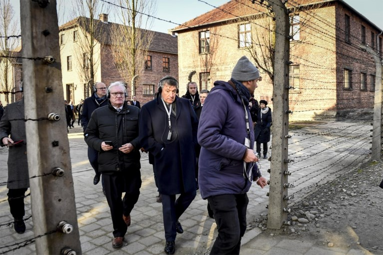 """Jan Jambon diep onder de indruk na bezoek aan Auschwitz: """"Hoe is het mogelijk dat mensen tot zoiets bereid waren?"""""""