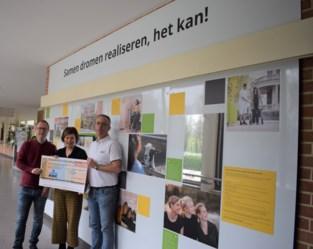 Zot van Beersel schenkt cheque aan revalidatiecentrum