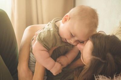 Ouders gaan vaak op zoek naar tweedehands babyspullen, maar mag je alles zomaar tweedehands kopen? En waarop moet je letten?