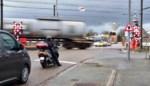 Auto rijdt zich vast op overweg in Beverst: treinverkeer uur lang onderbroken