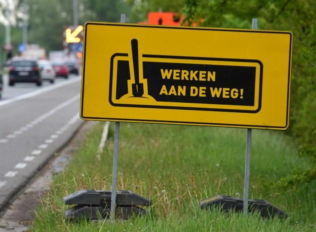 Roekeloze chauffeur rijdt over voet van arbeider tijdens werken: asfalteringswerken moeten worden overgedaan