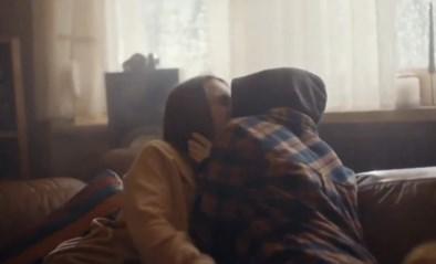 """Douwe Egberts lanceert ontroerende reclame met kussende meisjes: """"Praat met elkaar"""""""
