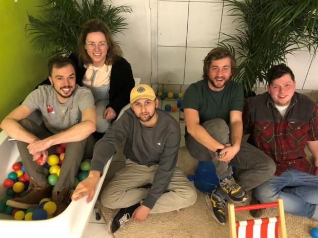 """Vriendengroep bouwt leegstaand pand één keer per maand om tot kinderparadijs: """"Die blije gezichtjes, daar doen we het voor"""""""