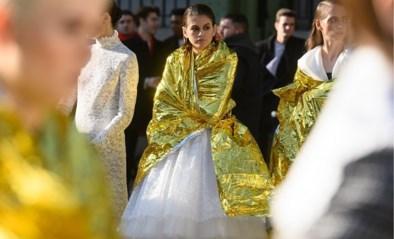 Verre van glamoureus: modellen Chanel bibberen in de kou