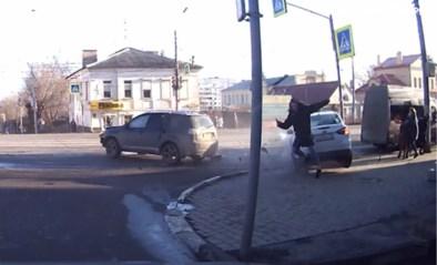 Dat scheelde geen haar: voetganger kan net op tijd wegspringen voor aanstormende wagen