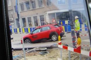 Autobestuurder raakt ondanks afsluiting vast in vers beton