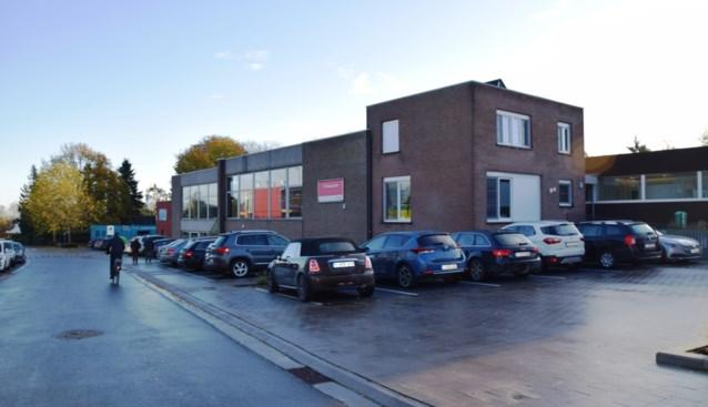 Parochiaal centrum deels verkocht voor klaslokalen, gemeente komt verenigingen te hulp