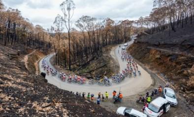 """IN BEELD. Renners koersen in Tour Down Under door afgebrand gebied: """"Verschrikkelijk om te zien"""""""