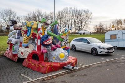 Van carnavalswagen tot racewagen zonder motor: is dit de meest bizarre carpoolparking van het land?