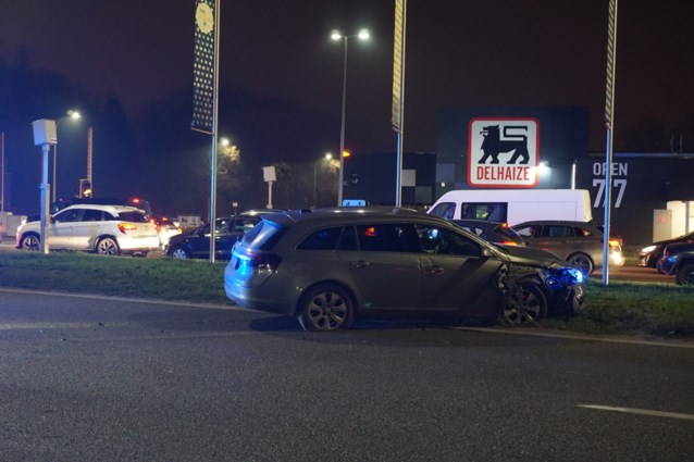 Anoniem politievoertuig ramt verkeerslicht