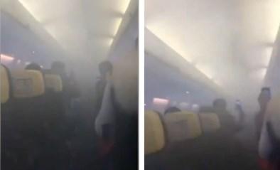 Passagiers helemaal in paniek wanneer vliegtuig zich vult met zwarte rook