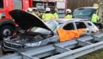 Wagen verschillende keren overkop na crash tegen betonblok