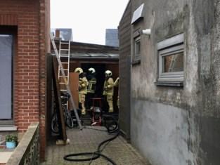 Brand vernielt werkhuis terwijl bewoner naar het werk is