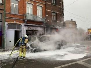 Brandende bestelwagen beschadigt ook gevels