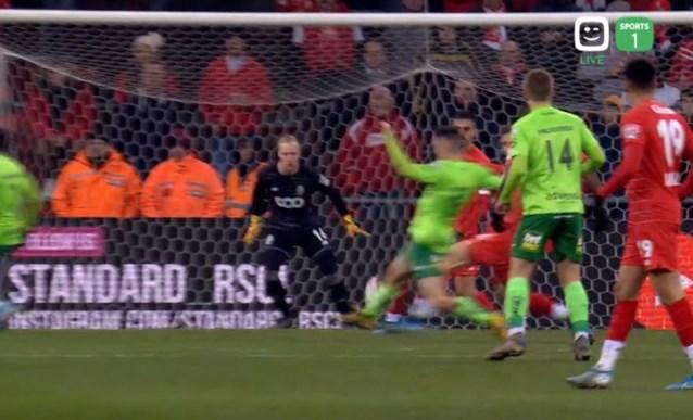 De wedstrijd van buitenkant rechts: zowel Bataille als Vojvoda scoren heerlijke goal