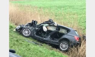Politie ziet zwaar verkeersongeval: auto knalt tegen boom en belandt in gracht, bestuurder zwaargewond