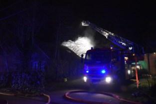 Huis grotendeels verwoest na uitslaande woningbrand