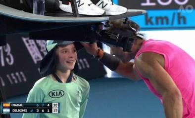 Nadal slaat bal per ongeluk tegen ballenmeisje, maar wat hij dan doet verovert harten