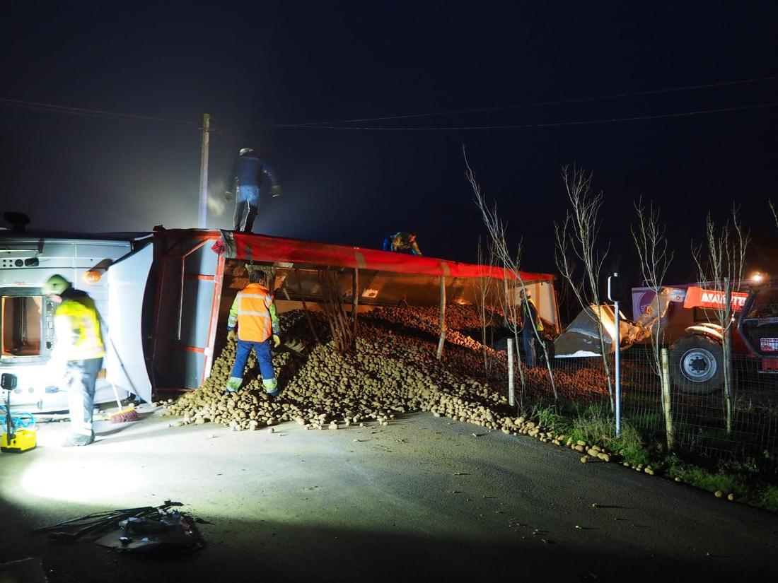 Vrachtwagen met aardappelen kantelt, chauffeur raakt gewond