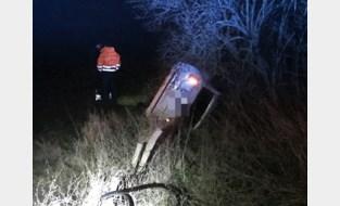 Auto belandt in weide, tractor ramt geparkeerde auto