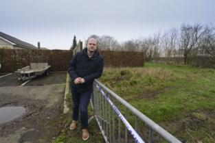 """Bewoner Dennis ontdekt asbest op oud voetbalterrein: """"Gemeente moet hiervan op de hoogte geweest zijn"""""""