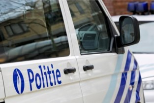 Scooter rijdt in op agenten: passagier aangehouden, bestuurder nog op de vlucht