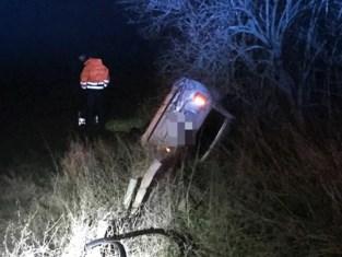 Auto belandt in weide, tractor ramt geparkeerde wagen