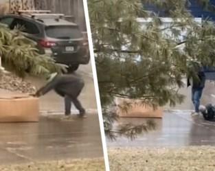 Pakjesbezorgers worstelen minutenlang met spekgladde helling, tot hilariteit van buurtbewoner